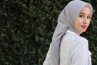 Terlihat Rapi Banget, Ternyata Ini Tutorial Hijab Segi Empat Laudya Cynthia Bella Sehari-hari