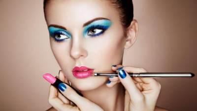 Menggunakan Makeup Tebal