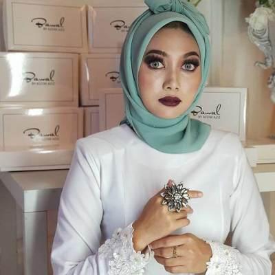 Sang Desainer Tidak Lupa Memberikan Sapuan Make Up ala Hantu Pocong