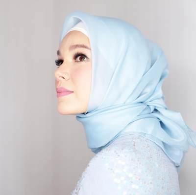 Agar Tetap Terlihat Awet Muda, Gaya Hijab Ala Artis Ini Wajib untuk Kamu Pilih