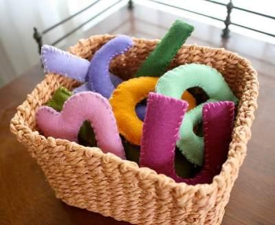 1. Mainan Anak dari Kain Flanel Bentuk Huruf A B C