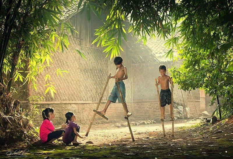 Egrang Permainan Tradisional Dari Bambu Yang Miliki Banyak Nama