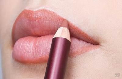 Moms, Ini 4 Cara Mudah Bikin Warna Lipstik Tahan Seharian