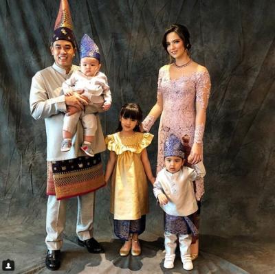 Iri Deh Moms, 5 Potret Keluarga Selebritis yang Harmonis Ini Bikin Baper!