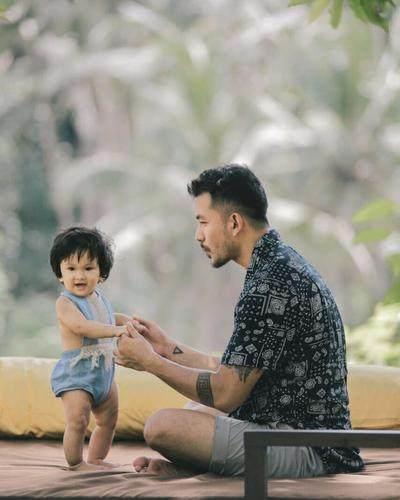 Sudah Jadi Bapak, 5 Artis Indonesia Ini Malah Semakin Terlihat Charming dan Menggemaskan!