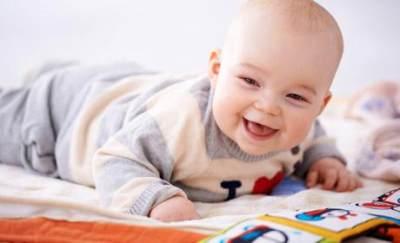 Tahapan Perkembangan Bayi 0-12 Bulan, Di Usia 3 Bulan Bayi Sudah Bisa Tersenyum Lho!