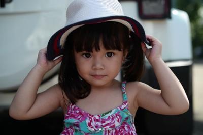 9. Duh, cantiknya Gempita dengan topi rotan di kepalanya. Setuju nggak, Moms?