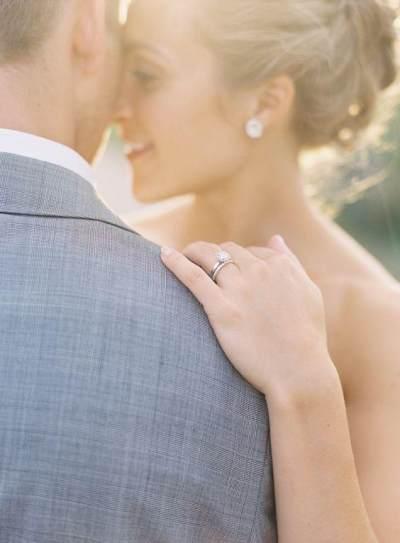 Ternyata Ini Alasan Kenapa Cincin Pernikahan Dipakai di Jari Manis, Bukan di Jari Lainnya!