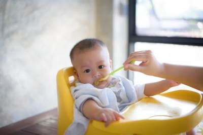 Hindari Bayi Tersedak, dengan Tidak Memberikan 4 Jenis Makanan Ini!