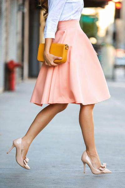 Moms, Yuk Coba Fashion Serba Warna Peach yang Membuat Penampilan Semakin Manis!