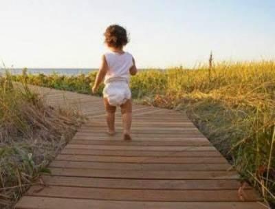 6. Biarkan Bayi Belajar Jalan dengan Kaki Telanjang