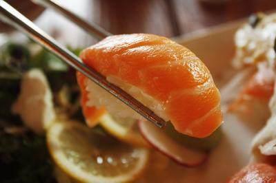 Sebenarnya, Apakah Mengonsumsi Ikan Salmon Mentah Berbahaya? Cek di Sini!