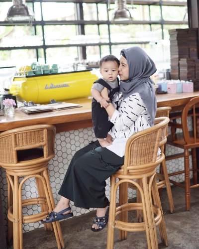 Ide Tampilan Modis Ibu-ibu Muda Berhijab Masa Kini yang Bisa Jadi Inspirasi Moms