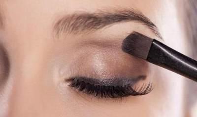 Agar Eye Makeup Tidak Luntur, Begini Trik Mengatasinya Moms!