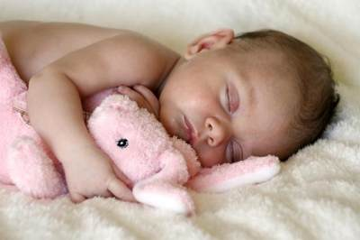 Tidur Terpisah dengan Bayi? Ketahui Plus dan Minus-nya Yuk Moms!