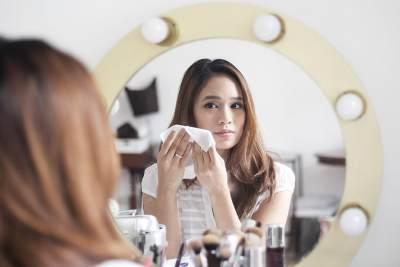 Menggunakan Facial Cleansing Wipes