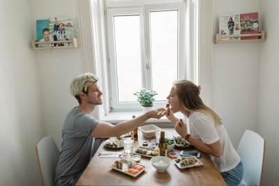 Duh, Kenapa Sih Berat Badan Naik Setelah Menikah? Ternyata Ini Alasannya!