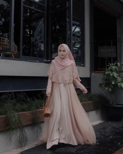 Anggun dengan Gaya Sederhana, Baju Kondangan Style Syar'i Ini Bisa untuk Moms Coba