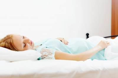 Ini Alasan Mengapa Jangan Tidur Telentang Saat Hamil