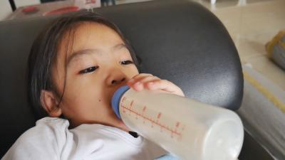 Stop! Ini Dampak Negatif Bila Anak Minum Susu Sambil Tiduran