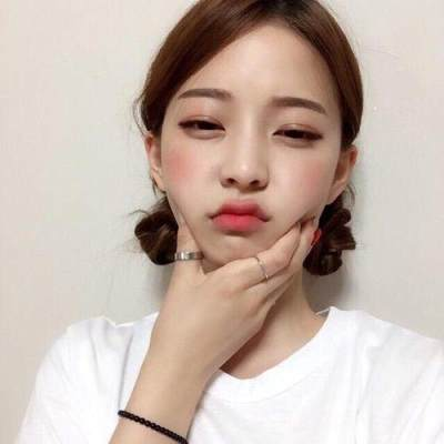 Pakai Lipstick, Lip Gloss atau Lip Tint