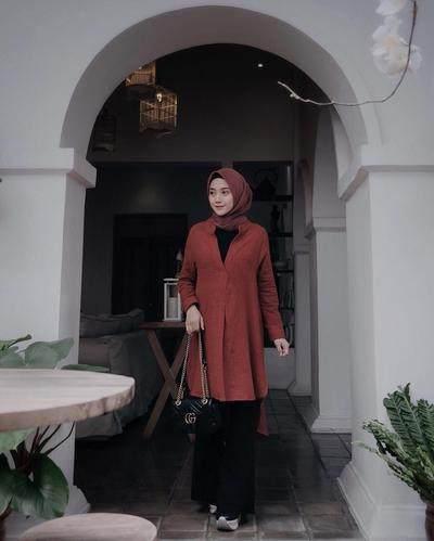 Modisnya! Tips Fashion Style dengan Atasan Warna Merah Ini Wajib Kamu Coba