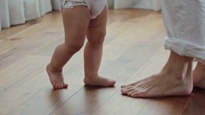 Bayi Belajar Jalan Tanpa Alas Kaki, Berbahaya Atau Tidak?