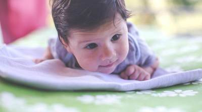 Moms, Ini Lho Pentingnya Tummy Time untuk Bayi