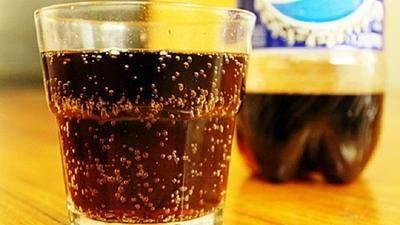 2. Minum Minuman Bersoda