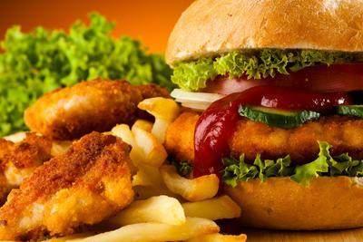 3. Mengonsumsi Makanan Cepat Saji