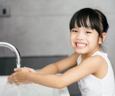 Penting Banget, yuk Biasakan Anak Cuci Tangan Pakai Sabun Sejak Kecil!