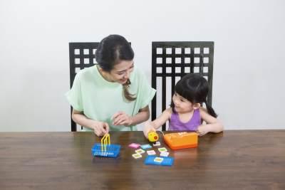 [FORUM] Apakah Moms kasih mainan edukasi ke si kecil di rumah? Itu membantu Moms gak sih buat belajar si kecil?