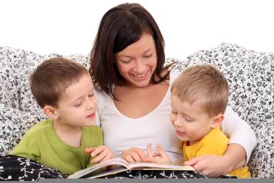Cara Jitu Tanamkan Nilai Moral ke Buah Hati, Bacakan Cerita Anak Paling Efektif Moms!