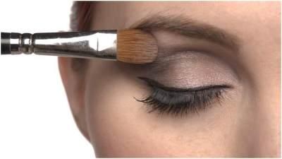 Untuk Pemula, Begini Step by Step Tutorial Make Up Natural Sehari-hari Eyeshadow Ini!