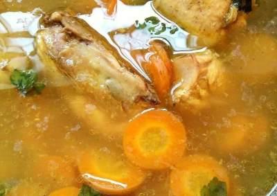 Si Kecil Atau Dads Sakit? Yuk Coba Variasi Resep Bumbu Sop Ayam yang Segar Ini!