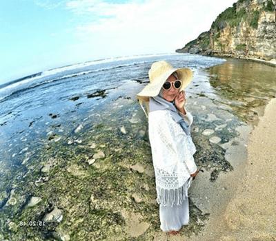 2. Outfit Hijab Pantai