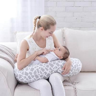 Suka Nyeri Punggung Saat Menyusui? Redakan dengan Bantal Menyusui Deh, Moms!