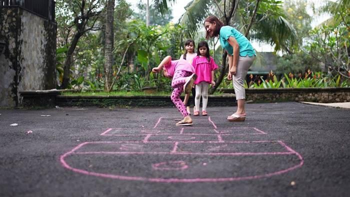 Jangan Hanya Game Di Gadget Ajarkan Juga Si Kecil Permainan Tradisional Moms