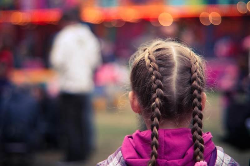 Punya Anak Perempuan Yuk Coba Cara Kepang Rambut Si Kecil Moms