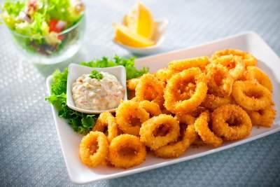 Sajian Makan Siang Keluarga, Coba Resep Cumi Goreng Tepung Yuk Moms!