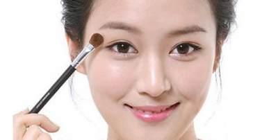 Cara memakai eyeliner putih untuk mata besar