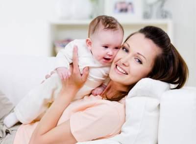 Moms, Ini Bahaya dan Manfaat Menyusui sambil Tiduran!
