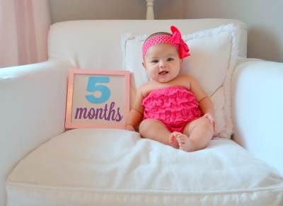 Cari Tahu Yuk Moms Perkembangan Bayi 5 Bulan dan Stimulasi Agar Cepat Duduk