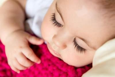 Menebalkan dan Melentikkan Bulu Mata Bayi Dengan Minyak Kemiri