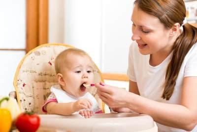 Bolehkan Bayi 4 Bulan Mulai Makan? Cari Tahu di Sini, Moms!
