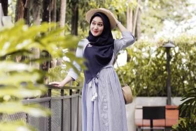 Ingin Tampil Simple & Modis? Intip Busana Muslim Terbaru Ala Dian Pelangi