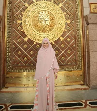 Busana Muslim Syar'i Ala Cut Meyriska