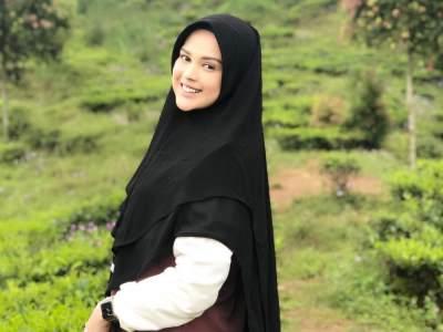 Tetap Modis dengan Hijab, Gaya Busana Muslim Terbaru ala Cut Meyriska Ini Bisa Jadi Referensi