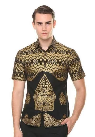 Ragam Pilihan Baju Batik Pria yang Bikin Penampilan Dads Makin Kece, Cek Yuk Moms!