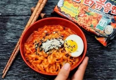 Cara Unik Makan Mie Instan Samyang, Lagi Hits dan Jadi Tren Nih, Moms!
